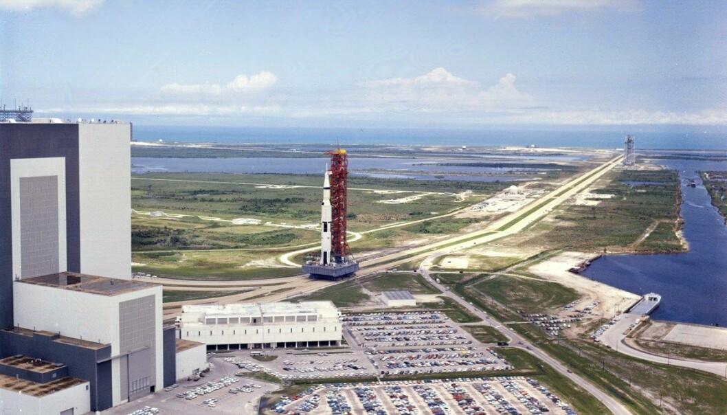Saturn V-raketten som skal skyte Apollo 11-astronautene til himmels fraktes ut til utskytningsrampen ved Kennedy Space Center, 20 mai 1969. (Foto: NASA)