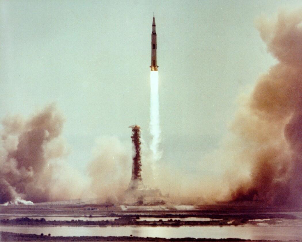 Bilde: Noen sekunder etter antenning er raketten klar av utskytningsrampen. (Foto: NASA)