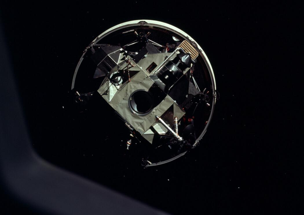 Astronautene ser månelandingsfartøyet igjennom vinduet i kommandomodulen. Det har vært godt beskyttet inni raketten under utskytningen. Nå må mannskapet snu kommandomodulen og koble seg på landingsfartøyet, før de fortsetter videre. (Foto: NASA)