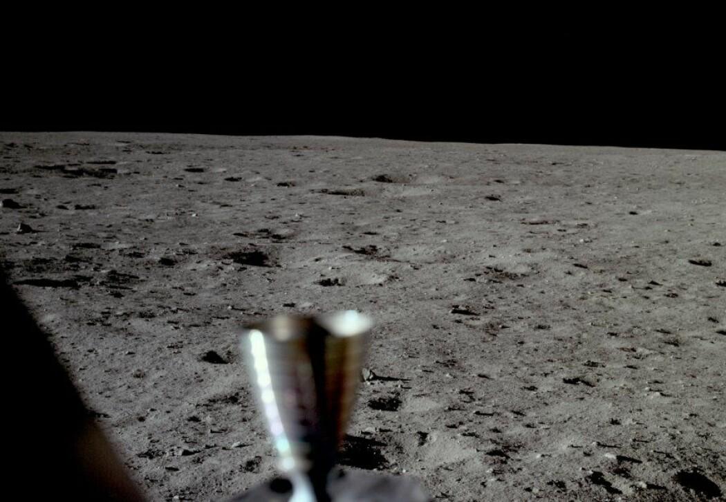 Utsikten ut vinduet til Armstrong, umiddelbart etter landing. (Foto: NASA)