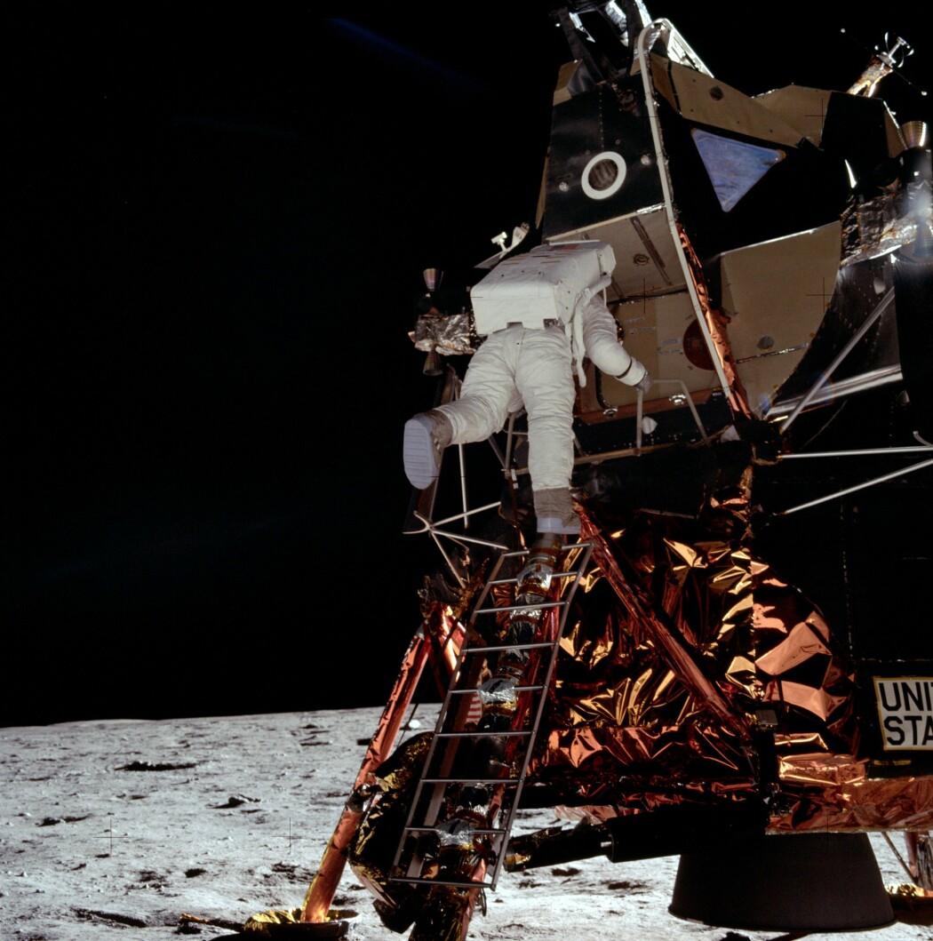 Armstrong fotograferer Aldrin, der han forsiktig klatrer ned stigen til måneoverflata. (Foto: NASA)