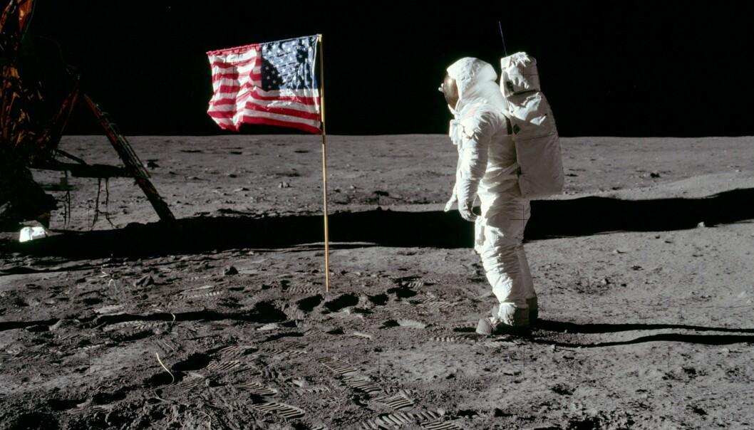 Buzz Aldrin hilser flagget, og håper det ikke skal ramle mens kamera går. (Foto: NASA)