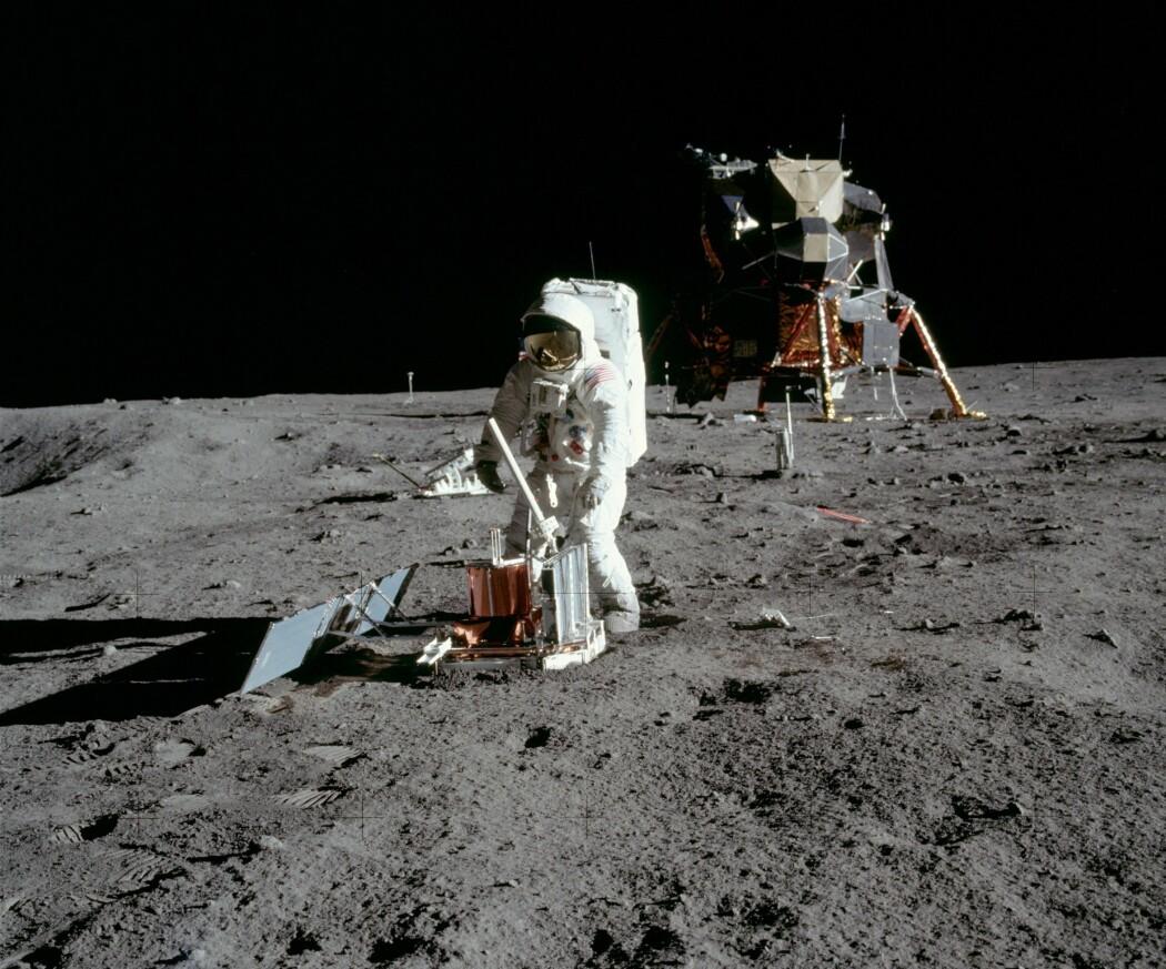 Astronautene setter opp måleutstyr på måneoverflata. Her monterer Aldrin et seismometer. (Foto: NASA)
