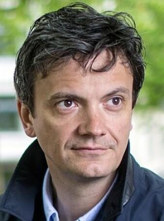 Litteraturviter Frode Helmich Pedersen studerer dommer fra norske rettssaker. Der er det også en del humor – i hvert fall fra leserens perspektiv. (Foto: UiB)