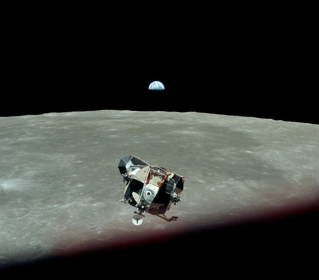Månelanderen nærmer seg kommandomodulen og resten av Apollo-skipet. I bakgrunnen stiger jorda opp over horisonten. (Foto: NASA)