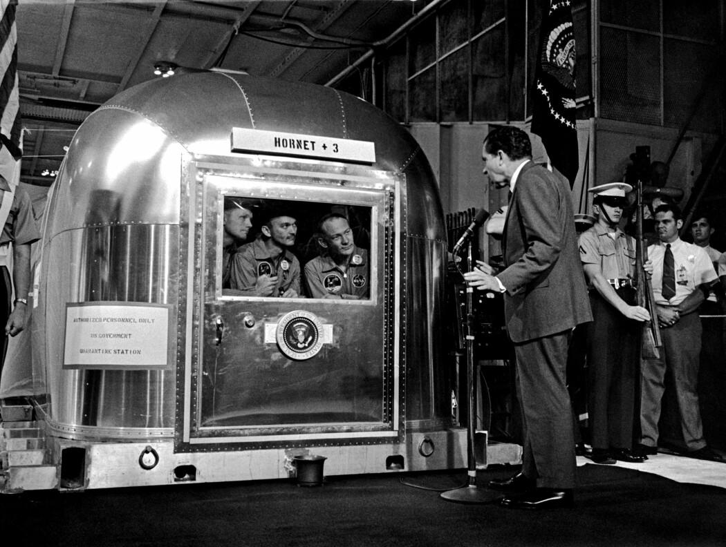 President Nixon tar imot tre hermetiserte helter, 24. juli 1969. (Foto: NASA)