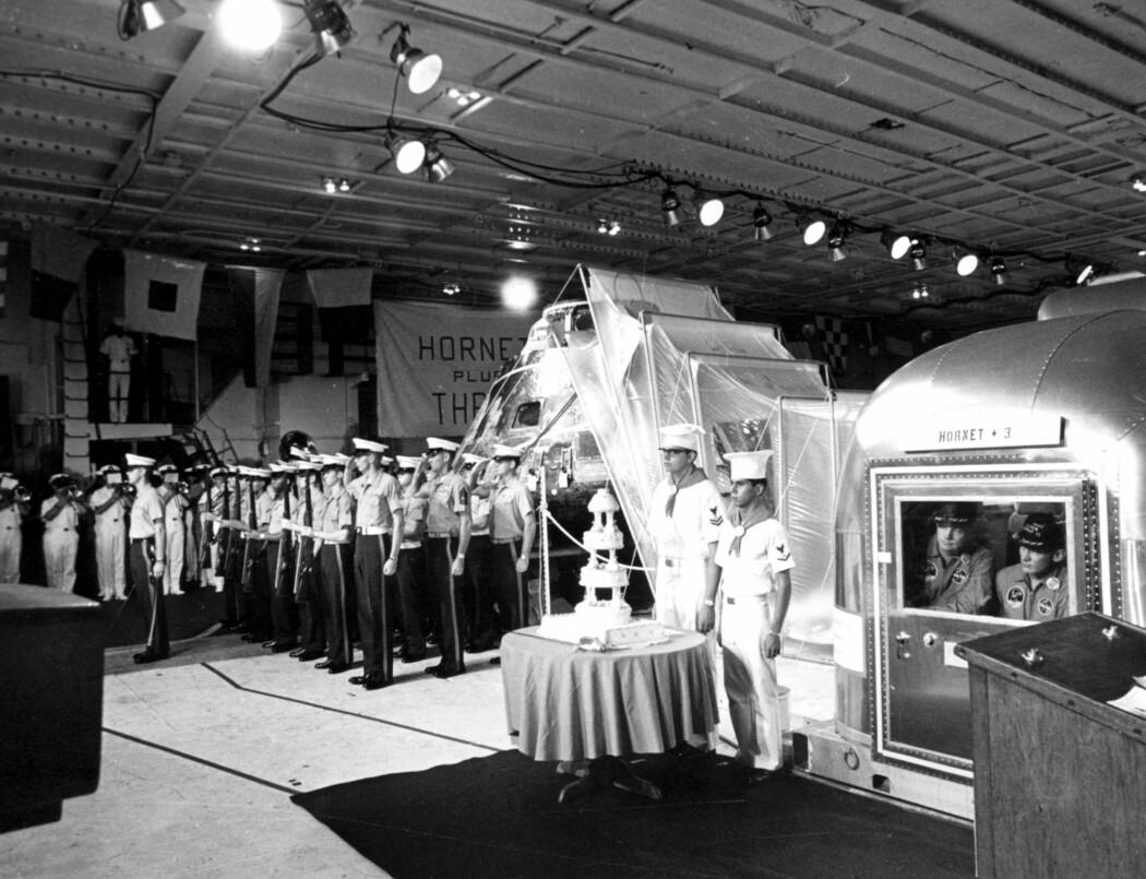 Heltene på boks deltar også på en høytidelig kake-seremoni. (Foto: NASA)
