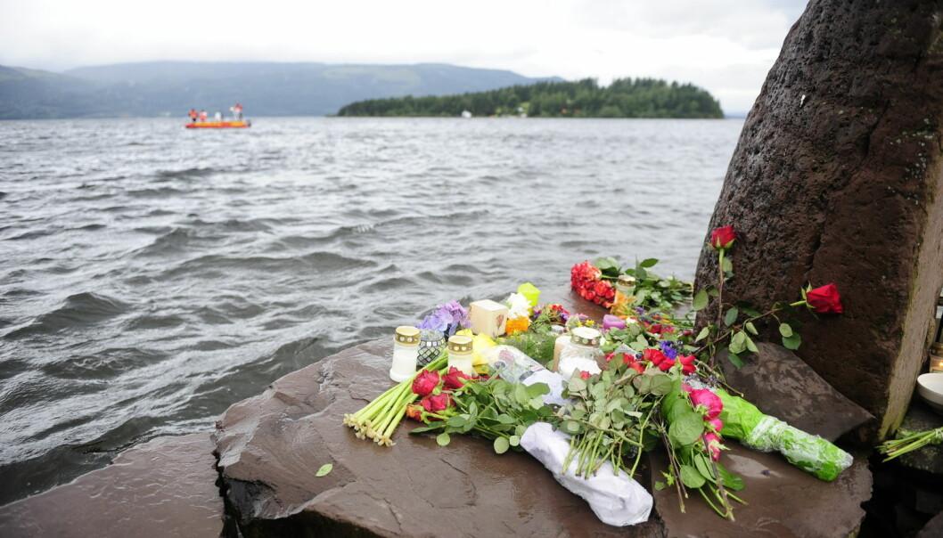Blomster og tente lys på brygga ved Utvika Camping i dagene etter massakeren på Utøya.  (Foto: Sindre Thoresen Lønnes, NTB scanpix)