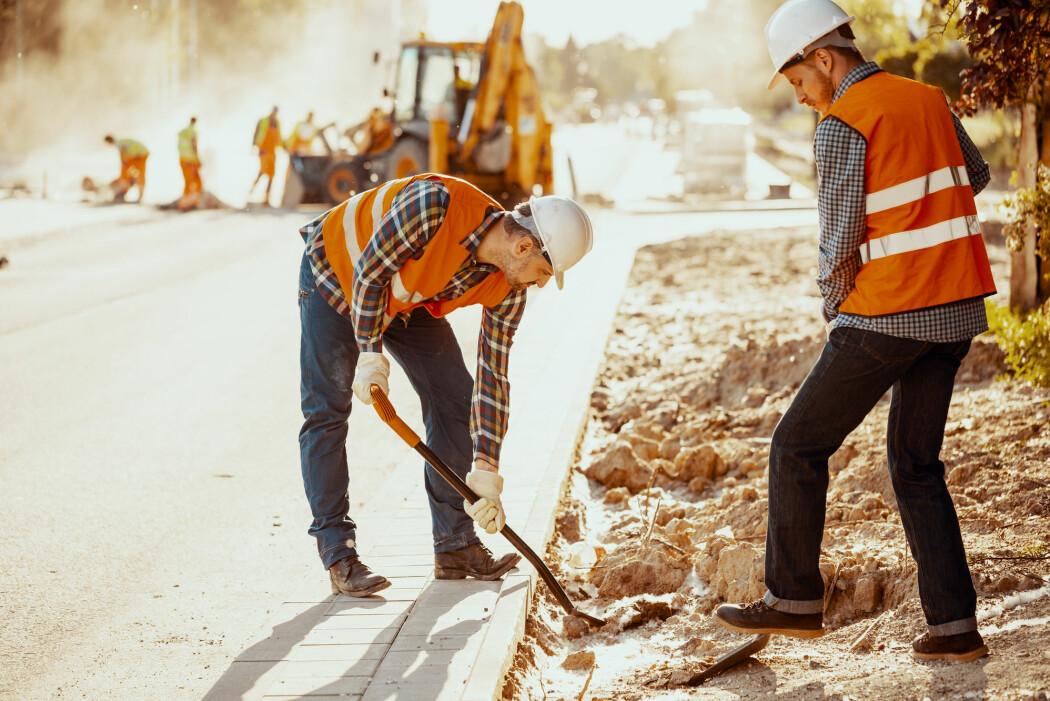 Veiarbeid og annet håndverks- og bygningsarbeid begynner ofte grytidlig. Hvorfor? (Foto: Photographee.eu / Shutterstock / NTB scanpix