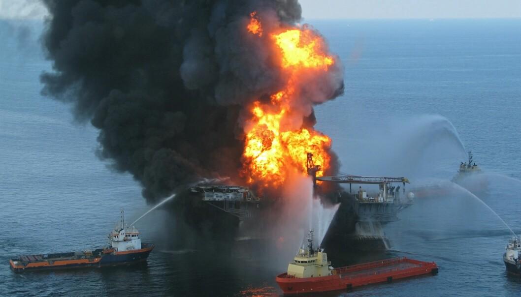Enorme mengder olje ble sluppet ut I havet under Deepwater Horizon-ulykken. (Foto: US Coast Guard, Wikimedia Commons)