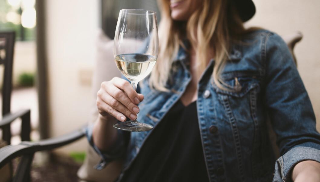 De siste tiårene har det utviklet seg en drikkekultur der alkoholen framstilles som en naturlig del av svært mange anledninger. Men flere studier advarer om at regelmessig alkoholbruk ikke er bra, verken for den fysiske eller den psykiske helsen. Og spesielt ikke for kvinner. (Foto: Shutterstock/NTB scanpix)