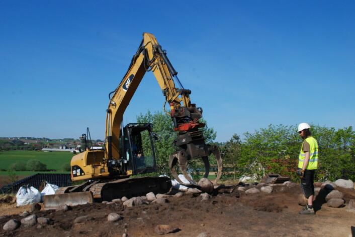 Gravemaskin er viktig på utgravingen på Øvre Øksnevad.