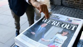 En mann plukker med seg en utgave av London Evening Standard. David Cameron går av etter nederlaget i folkeavstemningen i går, der et flertall stemte for at Storbritannia skal ut av EU. Dette kan føre til at også økonomien går nedover, mener norsk økonomiforsker.  (Foto: AFP/NTB/Scanpix)