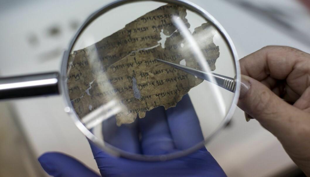 En forsker undersøker originale fragmenter av en dødehavsrull. Undersøkelsen fant sted ved Dead Sea Scrolls Digital Laboratory. (Illustrasjonsbilde: Jim Hollander/Epa/NTB Scanpix))