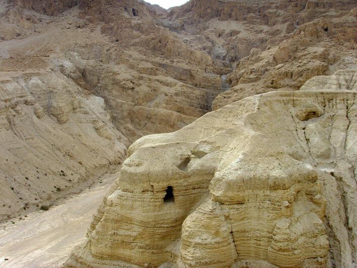 Dette er en av hulene i Qumran hvor en del av dødehavsrullene ble funnet. Denne kalles hule 4. (Foto: Effi Schweizer)