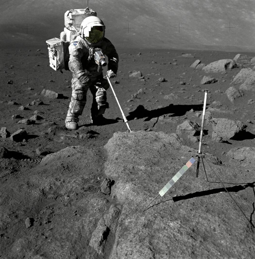 Harrison Schmitt tar prøver av nedknust steimateriale (regolitt) i Taurus-Littrow Valley. (Foto: Eugene Cernan / NASA / Offentlig eie)