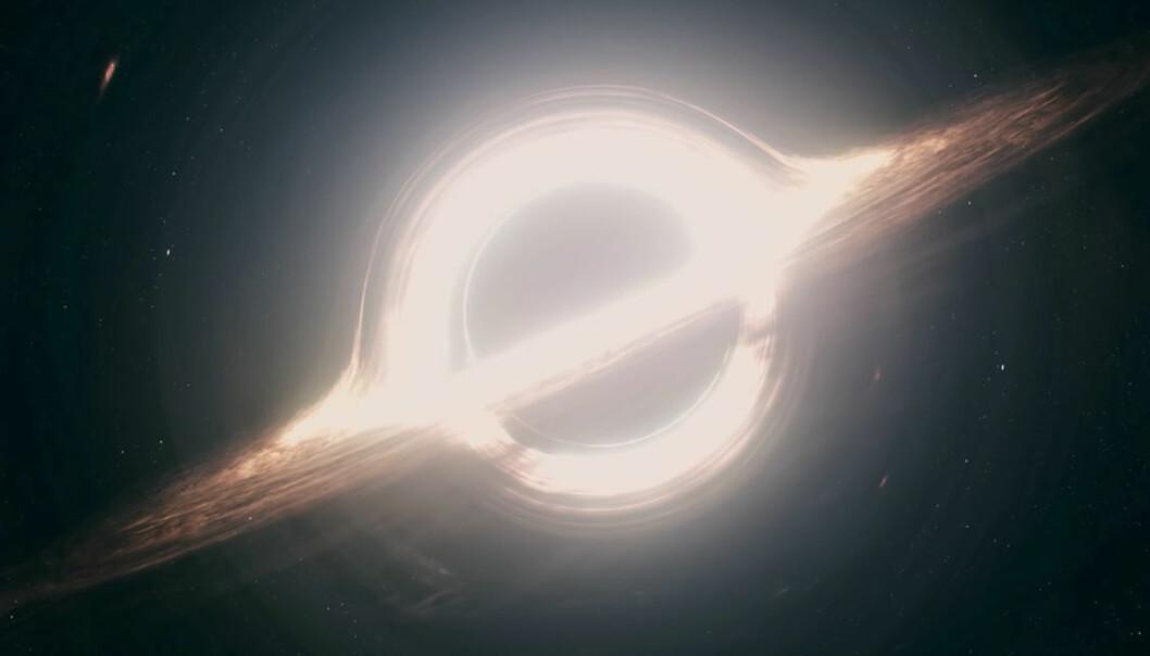 I spillefilmen Interstellar flyr hovedpersonen Cooper mot et sort hull. Det sorte hullet i Interstellar er laget i samarbeid med toppforskere. Derfor forventer forskerne i det nye prosjektet at det noe liknende dette synet som vil møte dem hvis de lykkes i å ta bilde av et sort hull.  (Skjermdump fra «Interstellar – Building A Black Hole»/Warner Bros./YouTube