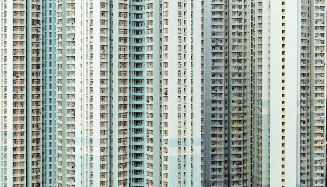 Boliger i Hongkong er dyrest i verden for vanlige folk. I mange storbyer er boligprisene blitt så høye at mennesker med middelklasse-inntekter ikke lenger har råd til å kjøpe eller leie dem. Blant disse er viktige grupper i samfunnet som sykepleiere, lærere og politi. (Foto: TungCheung / Shutterstock / NTB scanpix)