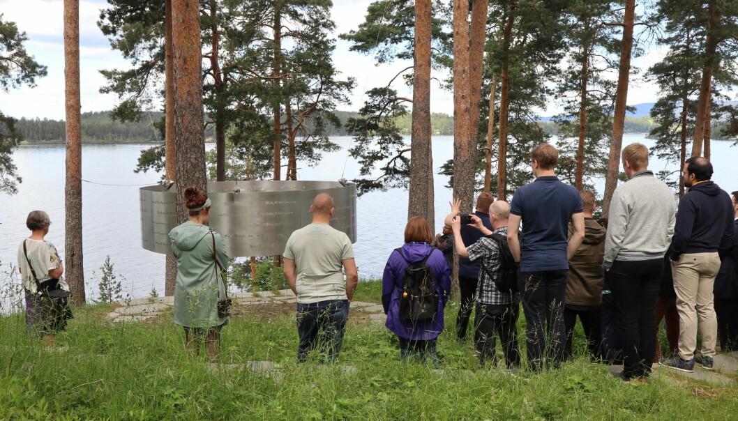 Møtet med minnelunden og navnene på alle som ble drept gjør inntrykk på besøkende på Utøya og stillheten senker seg. (Foto: Gro Lien Garbo)