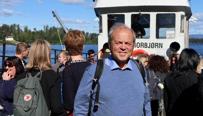 – Terroren 22. juli gjorde oss som forskere klar over at vi trengte langt mer kunnskap om hva dette handlet om, sier Tore Bjørgo. Her på dekket til MS Torbjørn på vei ut til Utøya med forskerekollegaer fra hele verden. (Foto: Gro Lien Garbo)