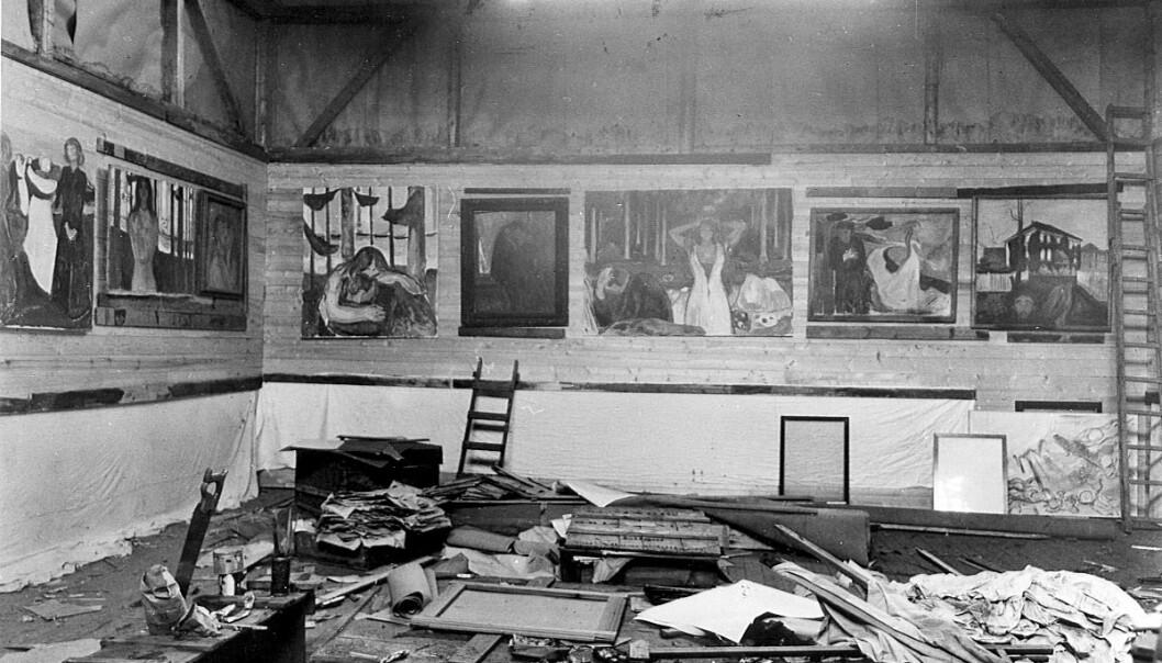 Bildet er tatt på Edvard Munchs atelier på Ekely. Ifølge Mille Stein var kunstneren kjent for å håndtere maleriene sine svært uforsiktig. (Foto: Anders B. Wilse, kopi fra Munch-museet)