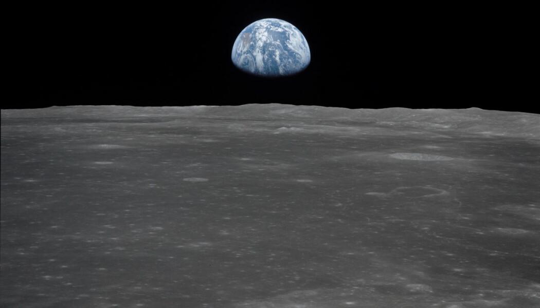 Jorden og måneoverflaten sett fra Apollo 11-romskipet i 1969. (Bilde: NASA)