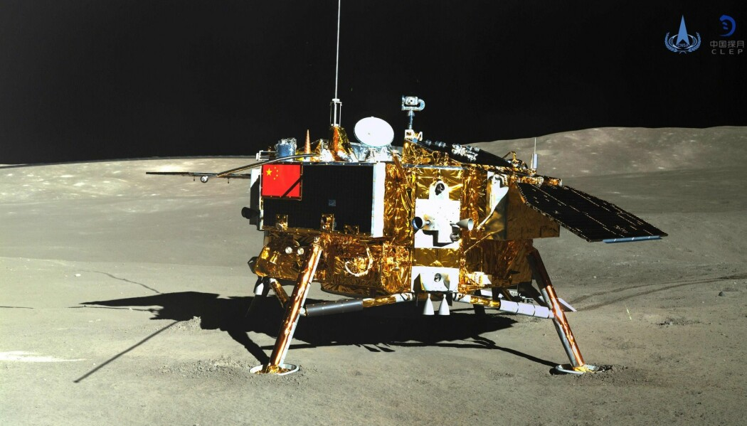 Chang'e 4-landeren på måneoverflaten, sett av roveren. (Bilde: China National Space Administration (CNSA) via CNS / AFP) / China OUT