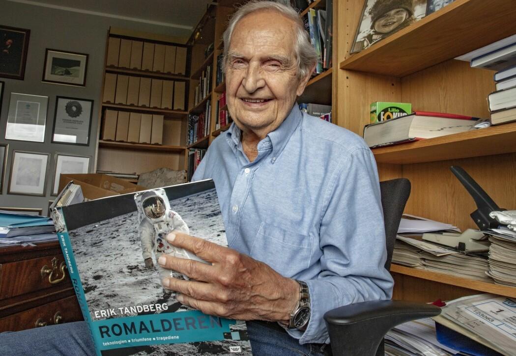 Erik Tandberg (86) er først og fremst kjent som romfartsekspert, og ikke minst som NRKs kommentator da Apollo 11 landet på månen i juli 1969. Her er han fotografert hjemme i sin leilighet ved Majorstuen i Oslo. (Foto: Geir Olsen, NTB scanpix)