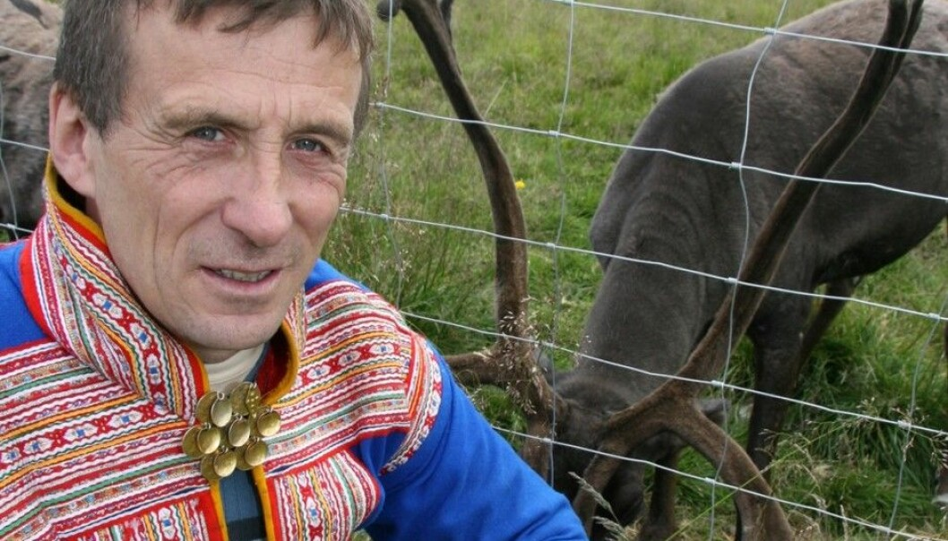 Nils Henrik Sara mener rovdyrangrep på reinsdyra er en stor belastning for mange reindriftsutøvere, men inntil nylig hadde ingen forsket på den psykiske helsa deres. (Foto: Altaposten)