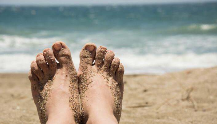 Føtter på stranda er et klassisk motiv på Facebook, Instagram og Snapchat i disse sommertider (Foto: Ioana Catalina E / Shutterstock / NTB scanpix)