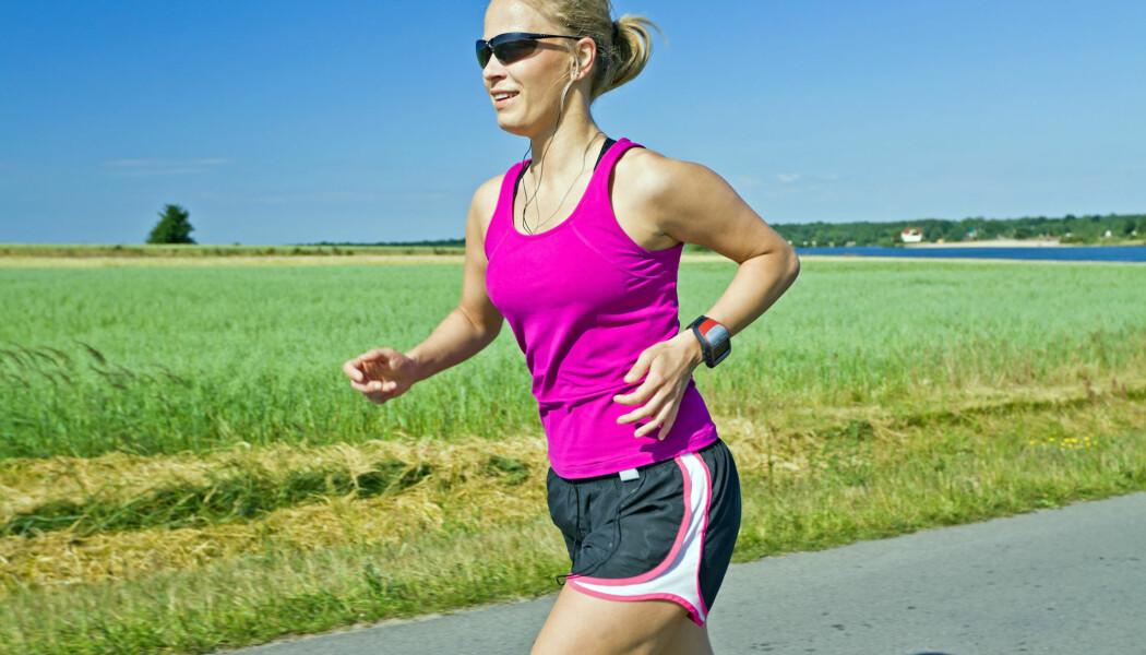 Vi jogger gjerne med armene bøyd. Gjør du det samme når du går, vil energibruken din kunne øke med 11 prosent. (Foto: Blazej Lyjak / Shutterstock / NTB scanpix)