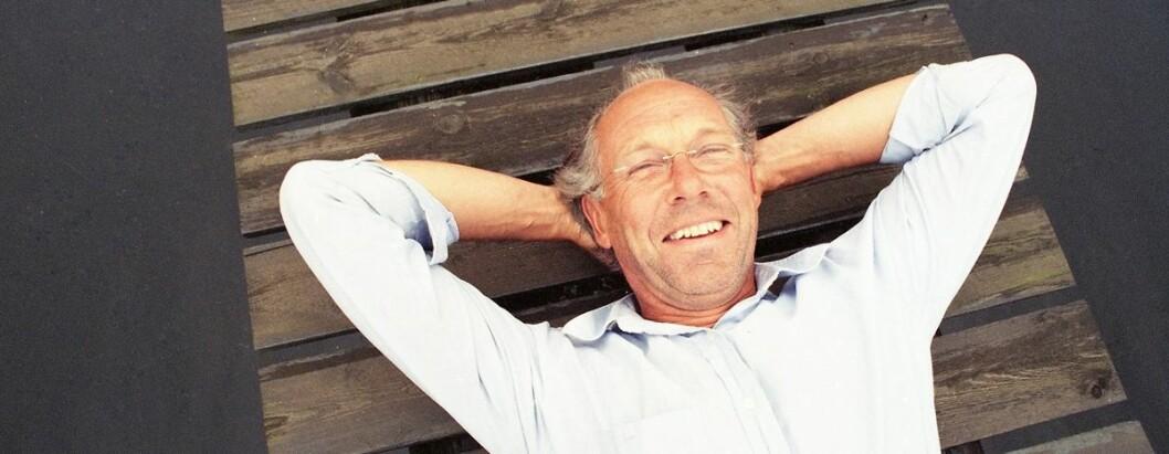 Jørgen Randers kaller seg selv en deprimert mann med et smilende fjes. Her er han fotografert på hytta på Sørlandet i 2000 (Foto: Ola Gamst Sæther)