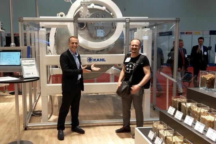 Fôrtek-ansatte på fagmesse i Köln i Tyskland. Ismet Nikqi (til venstre) og Dejan Miladinovic foran prototypen Amadeus Kahl har laget. (Foto: Olav Fjeld Kraugerud)