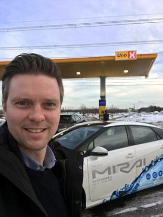 Seniorforsker Kyrre Sundseth ved Hvams og Norges nyeste hydrogenstasjon. Bilen er en Toyota Mirai som går på hydrogen. I dag koster denne bilen mindre enn en Tesla. (Foto: Sintef)