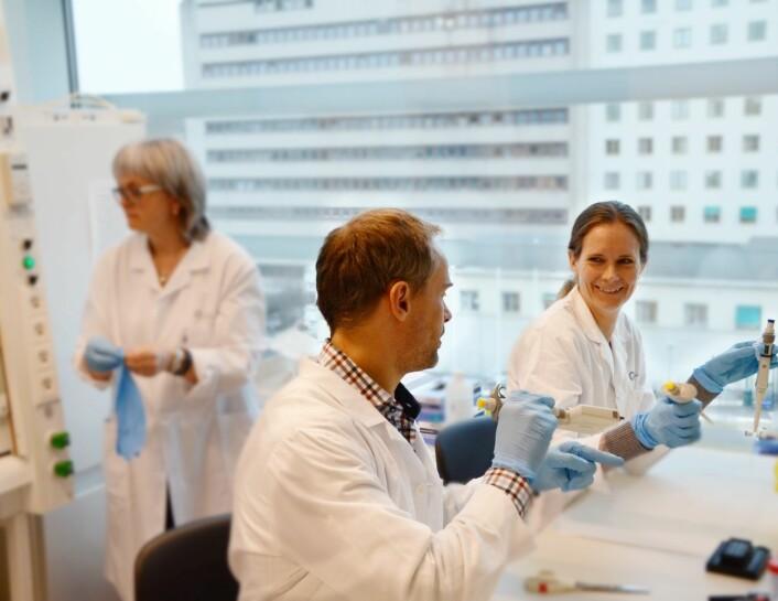 Forskerne Anita Sveen og Jarle Bruun i dialog. I bakgrunn avdelingsingeniør Merete Hektoen. (Foto: Oslo universitetssykehus)