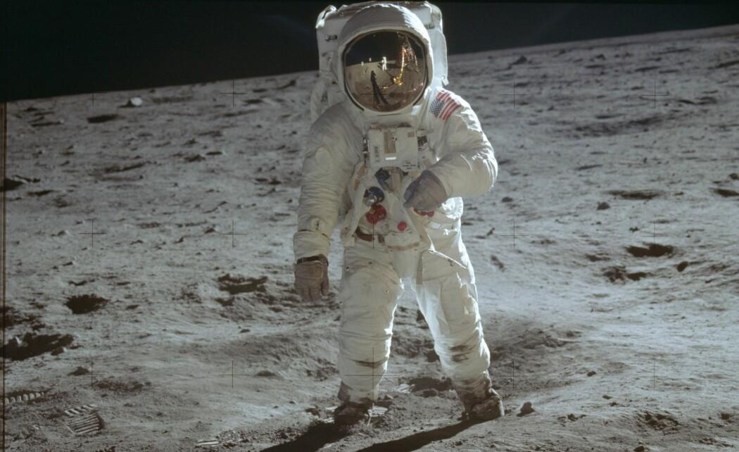 Astronauten Buzz Aldrin som står på månens overflate. Bildet er tatt av astronaut-kollega Neil Armstrong. Astronautene tok blant annet med seg hjem månestøv. (Foto: Neil Armstrong AP / NTB scanpix)