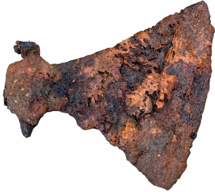 Vikingtidens maskingevær: I den ene mannsgraven lå en kampøks som var fryktet i hele Europa som 'danenes øks'. (Foto: Museum Silkeborg)