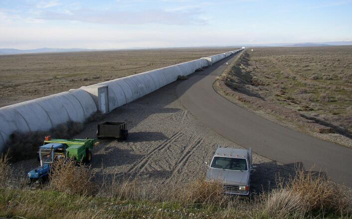 Lyset i LIGO splittes og går gjennom to fire kilometer lang tunneler fra lyskilden til et speil og tilbake til detektoren. Her er den nordre tunnelen på anlegget i Hanford, nær Richland i staten Washington, nordvest i USA. Et tilsvarende anlegg ligger i Livingston, Lousiana. (Foto: Umptanum, Wikimedia Commons)
