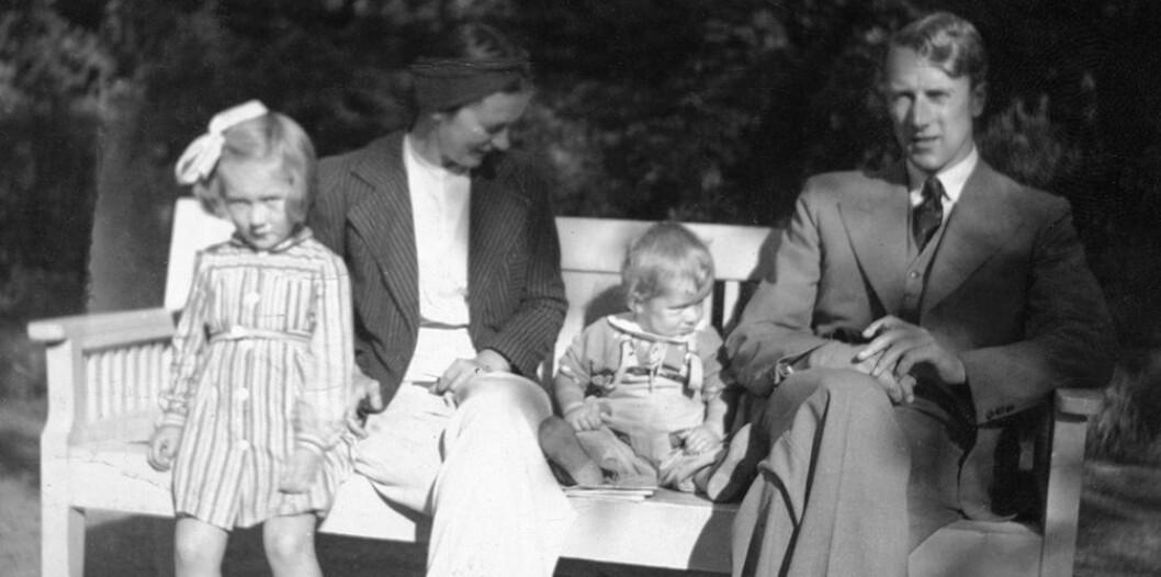 Ole Didrik Lærum så sjelden sin far, som var lungelege og engasjerte seg sterkt i kampen mot tuberkolosen. Her er han sammen med sine foreldre en søster i Bergen i 1941. (Foto: Privat)