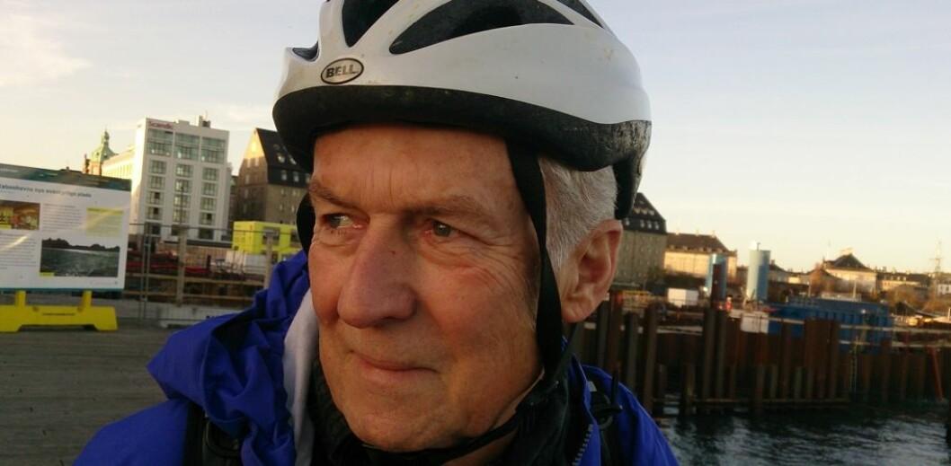 Etter 36 års forskning fikk Ole Didrik Lærum beskjed om å si opp jobben sin og forlate kontoret sitt i løpet av 24 timer. Han var da midt oppe i et forskningsprosjekt som begynte å få interessante resultater. – Jeg ble så inderlig forbanna, sier han. Nå er han professor ved Rikshospitalet i København. I Danmark er det ikke lov å forskjellsbehandle på grunn av alder. (Foto: Vidar Herre)