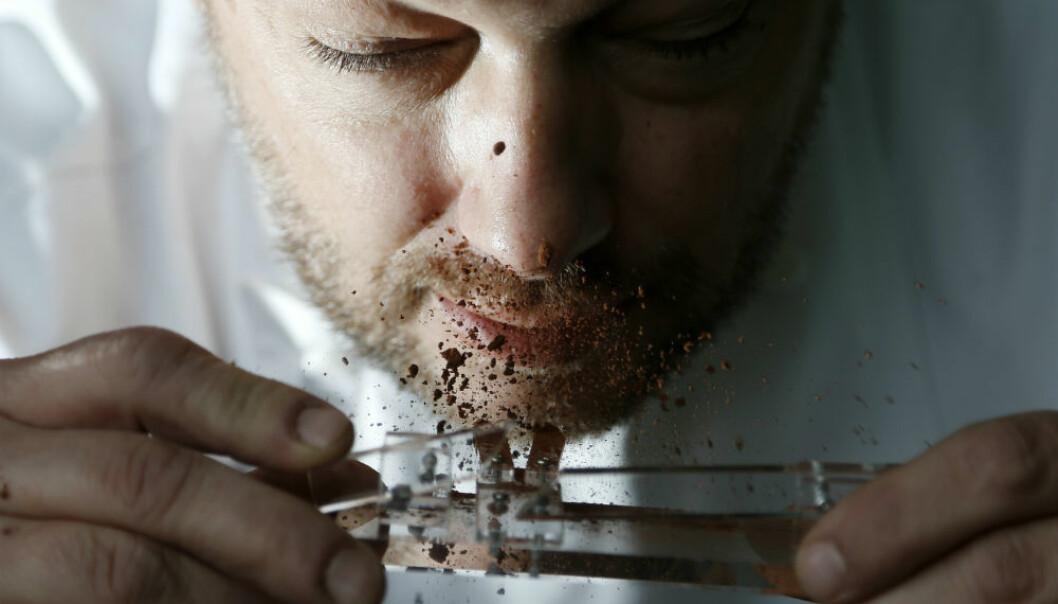 Den belgiske sjokolatieren, Dominique Persoone, har funnet opp en liten katapult som kan skyte kakao opp i nesen. Han fikk ideen da firmaet hans The Chocolate Line skulle stå for maten på en overraskelsesfest for ingen ringere enn The Rolling Stones.  (Foto: Francois Lenoir/Reuters/NTB Scanpix)
