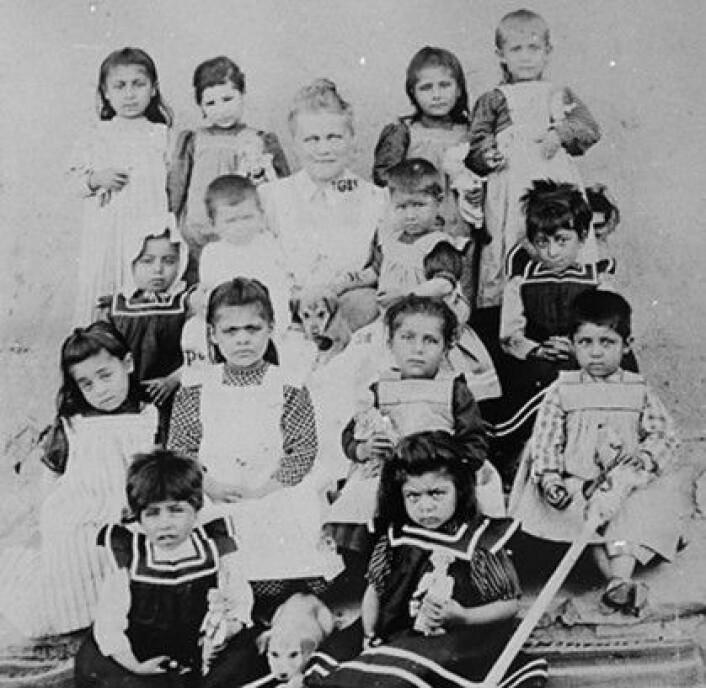Bodil Biørn og noen av barna ved barnehjemmet i Mezereh. (Foto: (Bildeutlån: Riksarkivet))