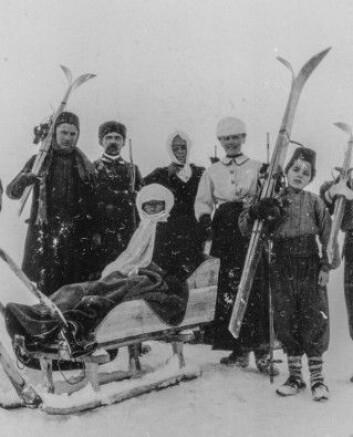 Bodil Biørn og ekteparet von Dobbeler på skitur med armenske hjelpere. (Foto: (Bildeutlån: Riksarkivet))