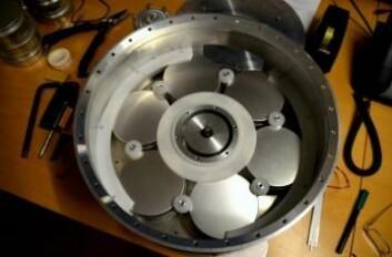 De seks diskosene som Maxidusty-1B skal ta med seg opp i atmosfæren. Instrumentene i diskosene vil undersøke de nattlysende skyene på avstand rundt sonderaketten. (Foto: Maxidusty/UiT)