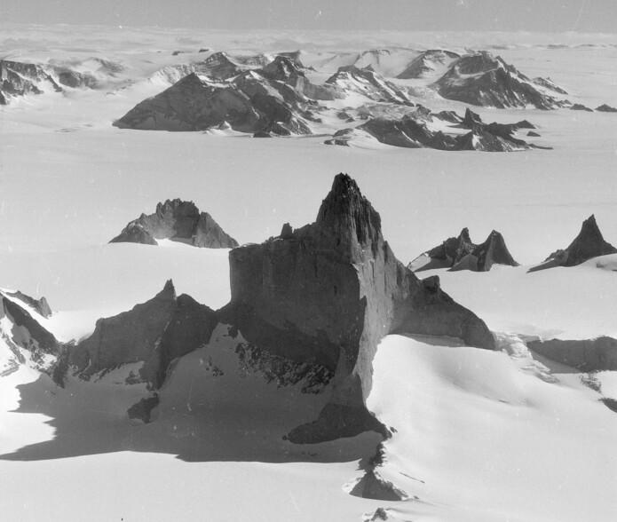 Det skarpe fjellet Ulvetanna pryder sammen med blant annet Kinntanna og Holtanna fjellkjeden Fenriskjeften i Fimbulheimen. (Foto: Norsk Polarinstitutt)
