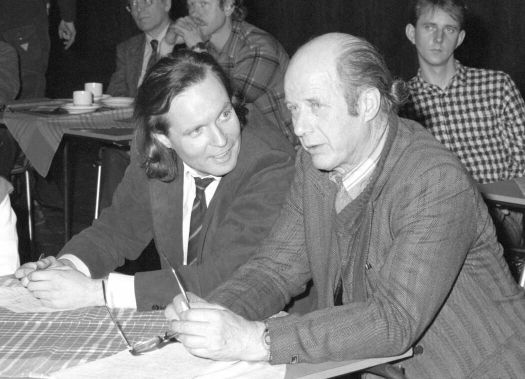 Voldsforskerne Gunnar Nordhus (t.v.) og Edvard Vogt ga i 1981 ut den populærvitenskapelige boken «Volden og dens ofre», som handlet om politivold i Bergen. (Foto: Morten Hval / NTB scanpix)