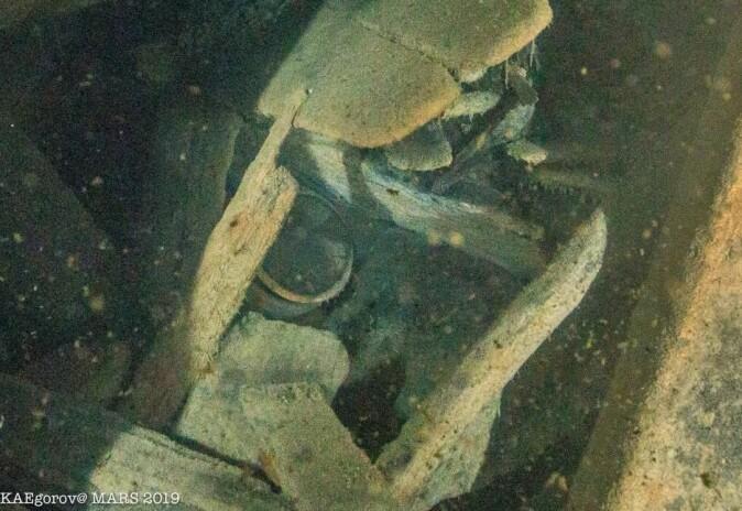 En leirgryte anes gjennom et av hullene i skroget. (Foto: Kirill Egorov/Ocean Discovery/Mars Project)