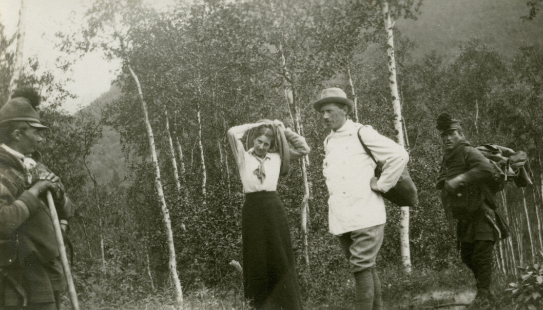 Antropolog og geolog Väinö Tanner med kone på feltarbeid blant skoltesamer. Han lovpriste levesettet deres, likevel mente han at han selv visste bedre enn samene hvordan de burde leve. (Foto: Ukjent)