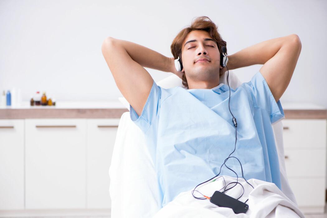 Musikk kan dempe angst og nervøsitet om lag like godt som medisiner før en operasjon, viser ny studie. (Foto: Elnur / Shutterstock / NTB scanpix)