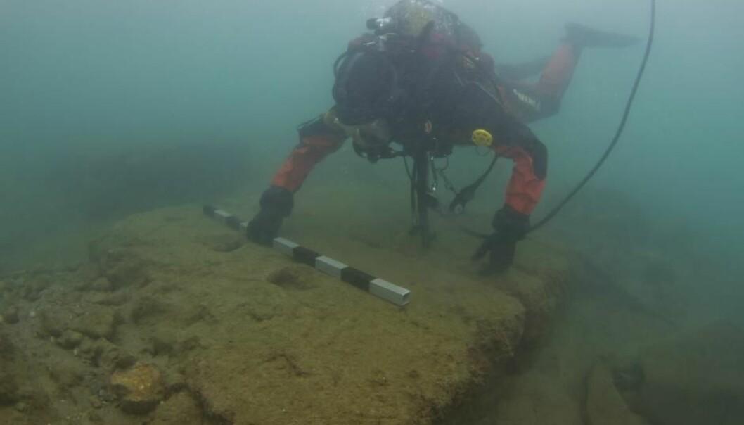 Marinarkeologene, under ledelse av Bjørn Lovén ved Københavns Universitet, har funnet rester av Athens første flåtebaser. (Foto Vassilis Tsiairis.)